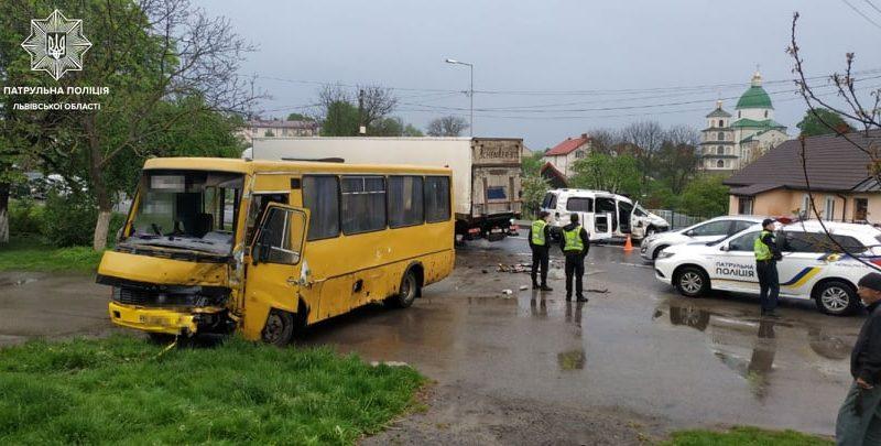 Легковик і маршрутка зіткнулись на дорозі Львів-Рава-Руська